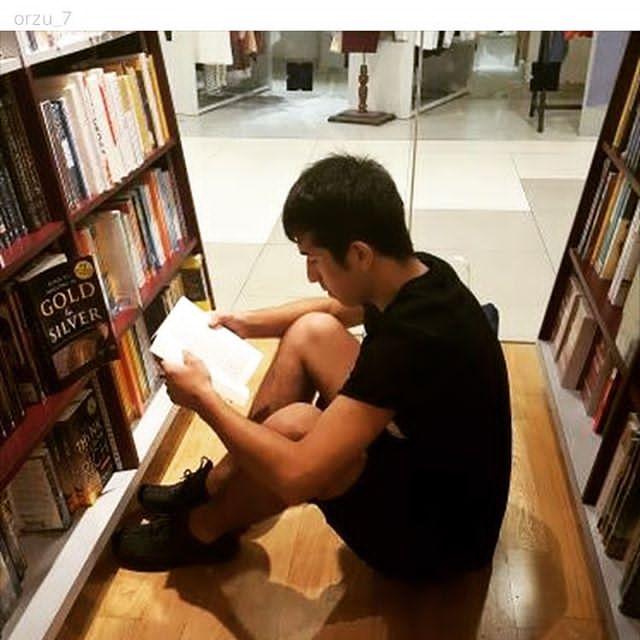 Так уютно устроился между книжными полками, что и отвлекать его не хочется